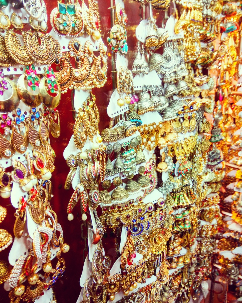 What to buy what not to @Colaba Causeway